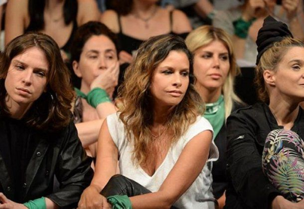 Julieta Ortega junto con sus compañeras durante la denuncia pública de Thelma Fardin contra Juan Darthés el 11 de diciembre. <br>