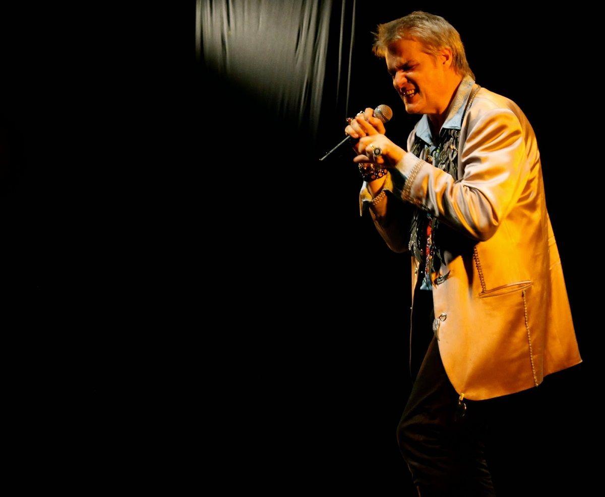 El video de Roberto Pettinato tocando el saxo a la gorra en Nueva York