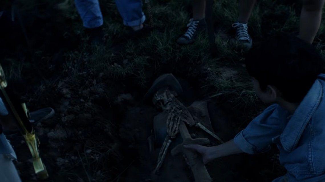 Fuego, espadas y tumbas: el clip de El tesoro de El mató a un policía motorizado
