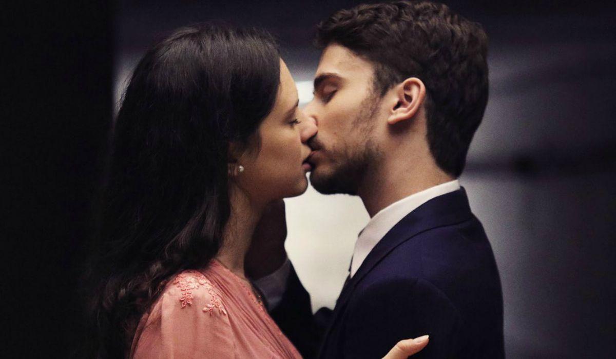 Así fue el beso de Albert Baró y Delfina Chaves en Argentina, tierra de amor y venganza