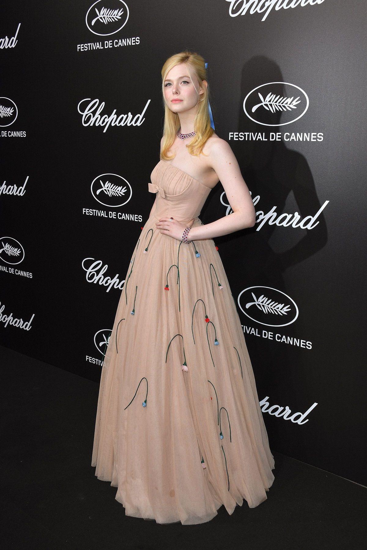 Elle Fanning se desmayó en el festival de Cannes por su apretado vestido