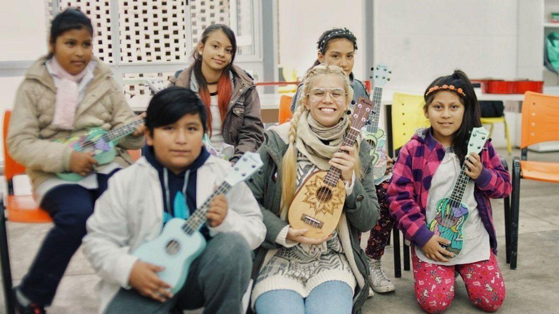 Connie Isla donó ukeleles en el barrio 31 a escuelas con bajos recursos