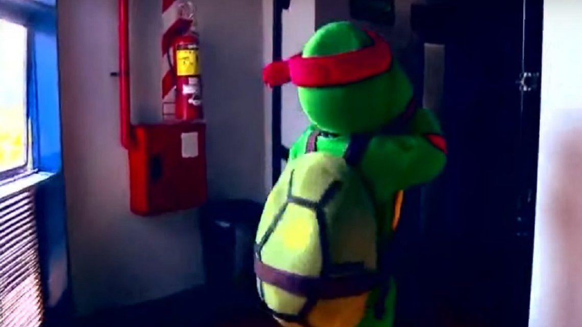 Un periodista se tuvo que disfrazar de Tortuga Ninja por la llegada de De Rossi a Boca