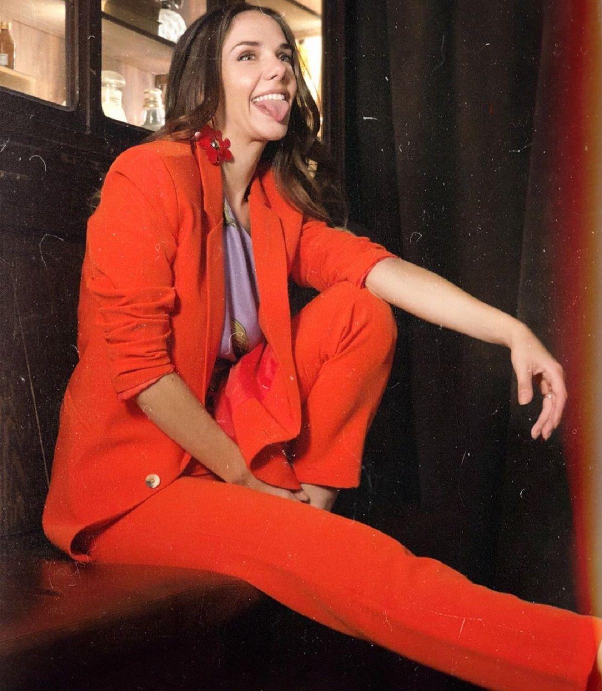 Julieta Nair Calvo desplegó su sensualidad desde Paris con el tajo de su vestido