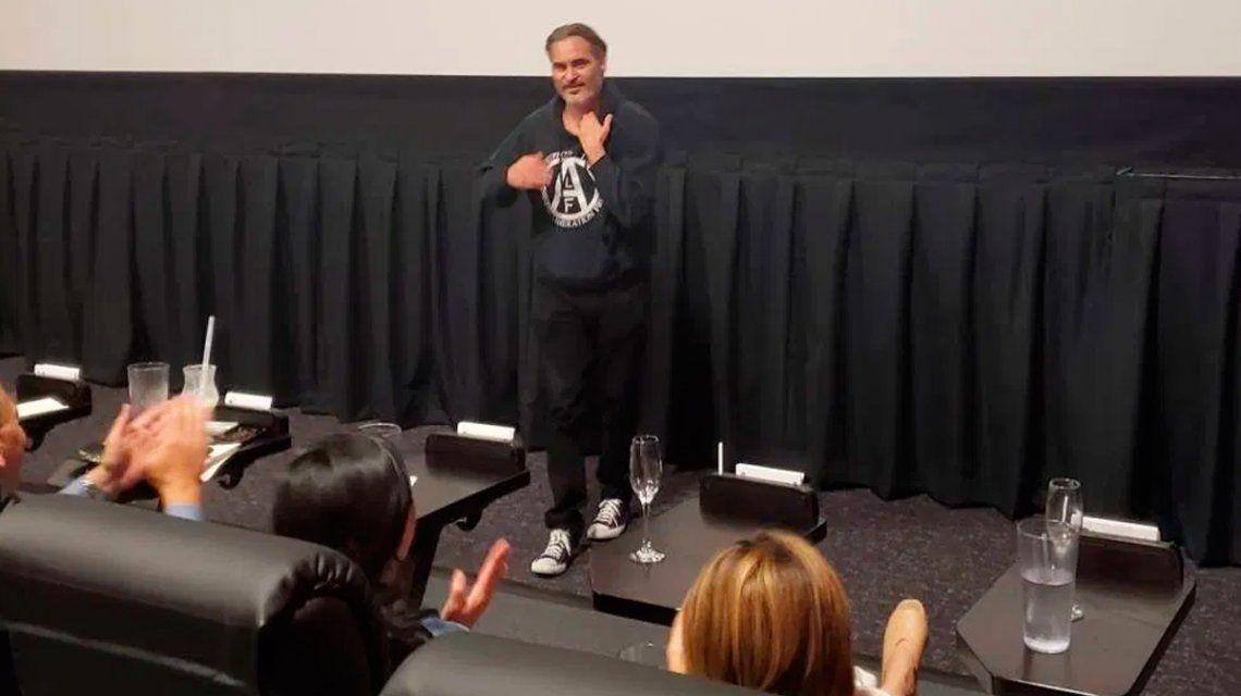 VIDEO: Joaquin Phoenix sorprendió a todos y apareció en plena función de Joker