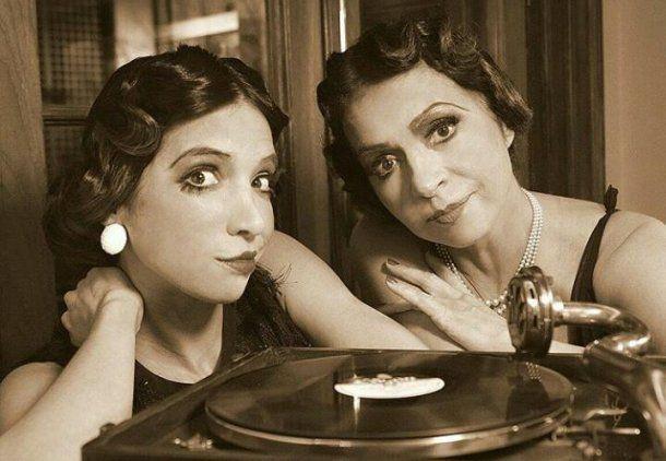 Patricia Sosa y su hija representan la moda del 1920