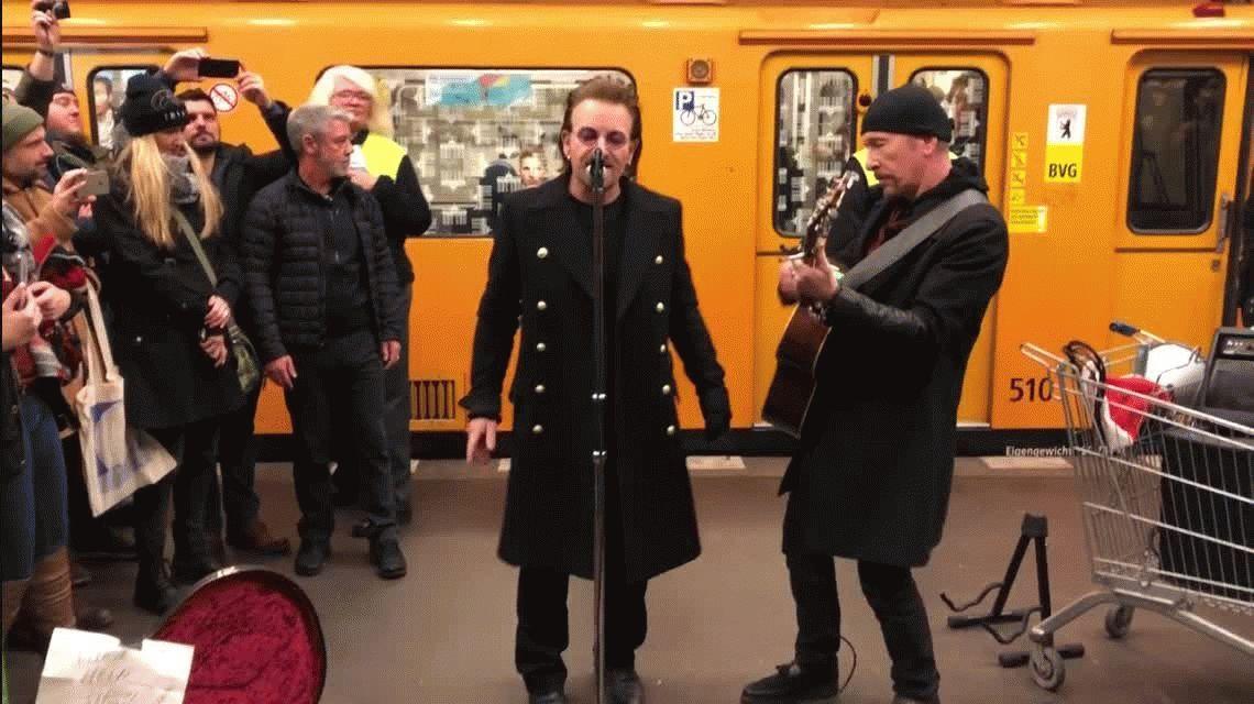 U2 cantó a la gorra en el subte