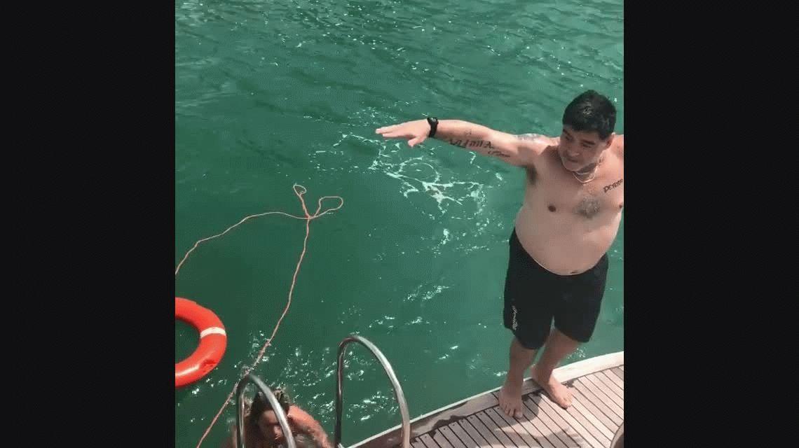 Lujos en un yate, cervezas al sol y pirueta: Maradona la pasó bien lejos del casamiento de Dalma