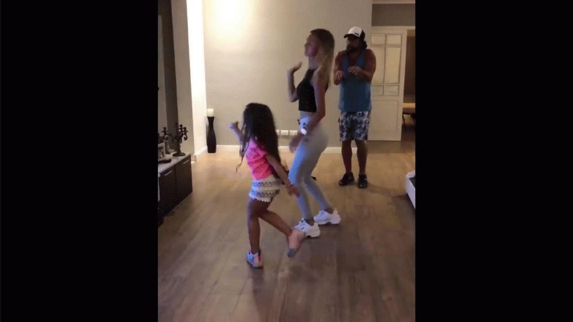Luciano Castro y Sabrina Rojas, bailando juntos en un video con su hija Esperanza