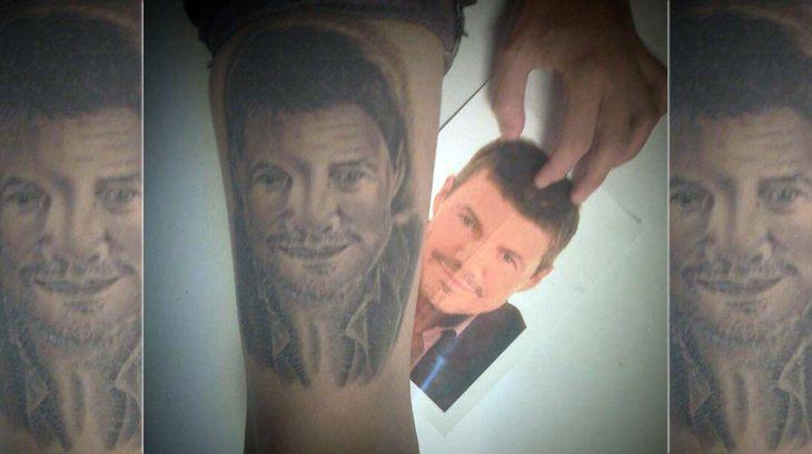 Una mujer se tatuó a Marcelo Tinelli en la pierna