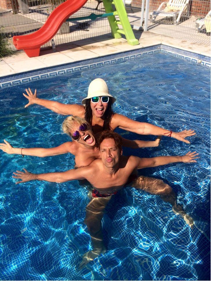 Vicky Xipolitakis en la pileta con Moria y en el teatro con los bañeros y Loly