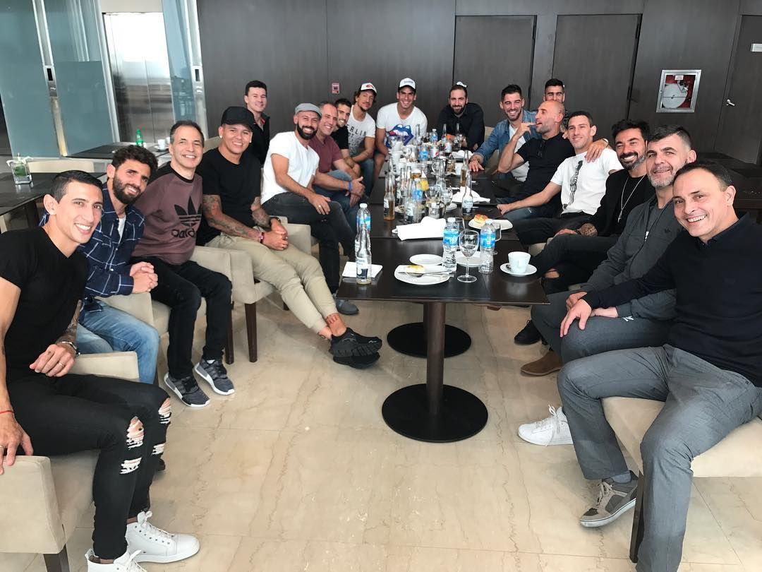 Los jugadores de la Selección Argentina haciendo la previa al casamiento de Messi